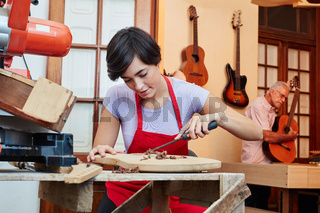 Frau macht eine Ausbildung zum Schreiner
