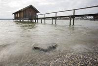 Einsamer Bootssteg am Ammersee in Bayern