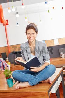 Studentin liest ein Buch