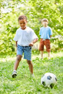 Zwei Jungen spielen Fußball in der Freizeit