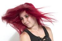 Fliegende Haare bei einer rothaarigen Frau