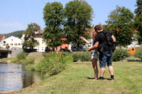 Mann und Frau beim Angeln am Fluss
