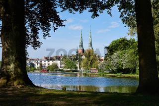 """Altstadtbad """"Krähenteich"""" mit Dom, Lübeck, Deutschland"""