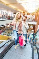 Paar auf Rolltreppe im Einkaufszentrum