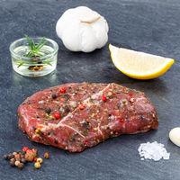 Fleisch Steak roh Rindfleisch Quadrat auf Schieferplatte