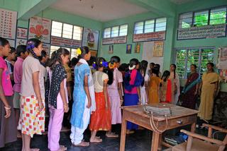 Indische Kinder in ihrer Schulklasse bei der morgendlichen Meditation, Gokarn Südindien, Asien