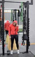 erschöpfte Frau im Fitnessstudio