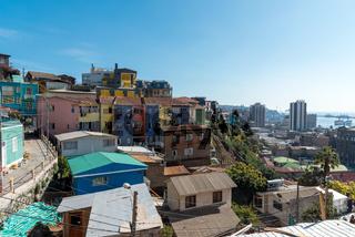 Blick über die bunten Häuser von Valparaiso, Chile