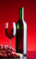 Rotwein und Trauben red wine and grapes