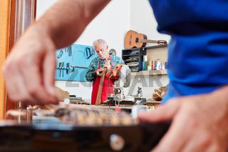 Gitarrenbauer repariert eine Gitarre