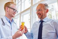 Hausarzt verschreibt ein Medikament