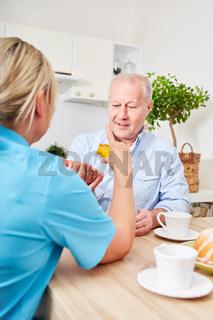 Pflegedienst verteilt Tabletten an Senior