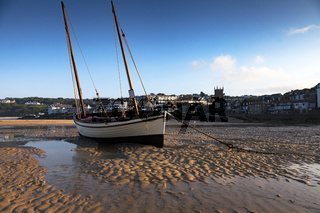 Boot im Hafen, Ebbe, St. Ives, Cornwall, England
