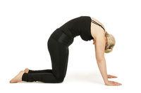 Yoga Frau in schwarz_Marjaryasana
