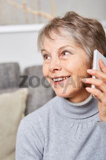 Ältere Frau mit Smartphone freut sich