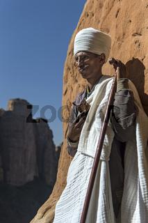 Koptischer Priester  am Eingang zur Felsenkirche Abuna Yemata, Gheralta, Tigray, Ãthiopien