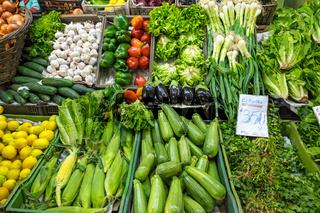 Große Auswahl an Gemüse auf einem Markt