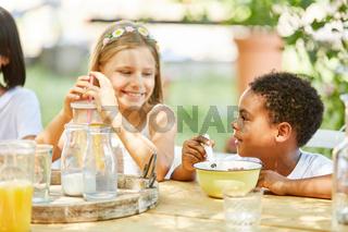 Afrikanischer Junge und ein Mädchen beim Frühstück