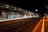 Bahnsteig mit Nachtbeleuchtung