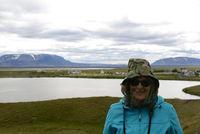 Frau mit Mückennetz am Myvatn, Island