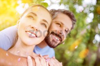 Glückliches verliebtes Paar im Frühling im Park
