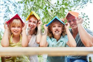 Familie und Kinder freuen sich auf Hausbau