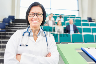 Frau als Ärztin und stolze Dozentin im Hörsaal