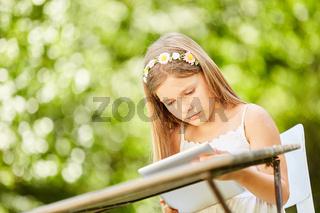 Mädchen blickt neugierig auf Tablet Computer