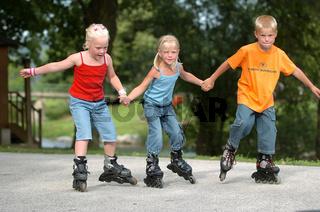 Kinder beim Rollerskaten