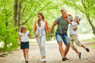 Familie und Kinder machen einen Spaziergang
