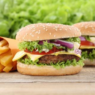 Cheeseburger Hamburger und Pommes Frites