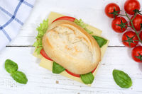 Brötchen Sandwich Baguette belegt mit Käse von oben auf Holzbrett