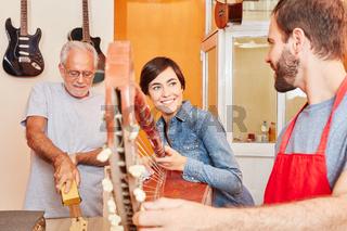 Lehrlinge und Gitarrenbauer arbeiten zusammen
