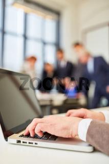 Mann schreibt auf Laptop Computer