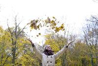 Frau wirft Blätter
