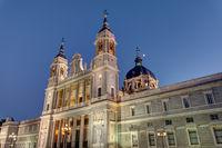 Die Almudena Kathedrale von Madrid