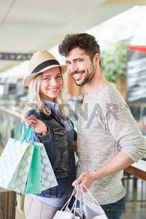 Glückliches Paar mit vielen Tüten beim Shopping