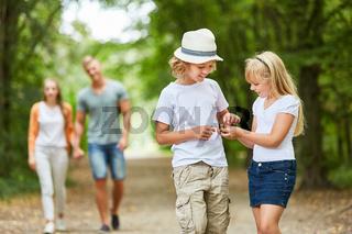 Junge und Mädchen sammeln Blätter