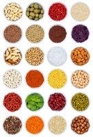 Kräuter und Gewürze Gemüse Sammlung Nüsse Hochformat von oben isoliert freigestellt Freisteller