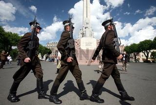 Eine Wachabloesung beim Freiheitsdenkmal in der Neustadt von Riga der Hauptstadt von Lettland