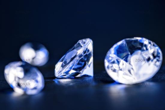 Brillanten in blauem Licht