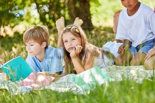Mädchen langweilt sich beim lernen im Park