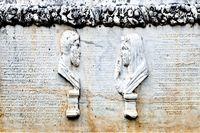 Büsten von Eheleuten am Sarkophag mit Schrift