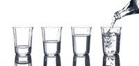 Gläser mit Wasser und eine Flasche