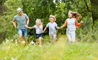 Familie und Kinder laufen in der Natur