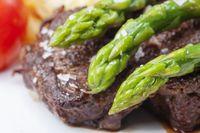 Rindersteak und Grüner Spargel auf einem Teller