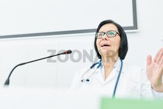 Frau als Dozentin für Medizin hält Referat