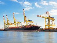 Container-Terminal des Hafens von Bremerhaven mit Containerschiff