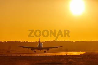 Ferien Urlaub Reise Flugzeug landet Flughafen Sonne Sonnenuntergang