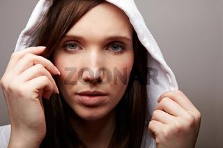 Brünette Frau mit Kapuze